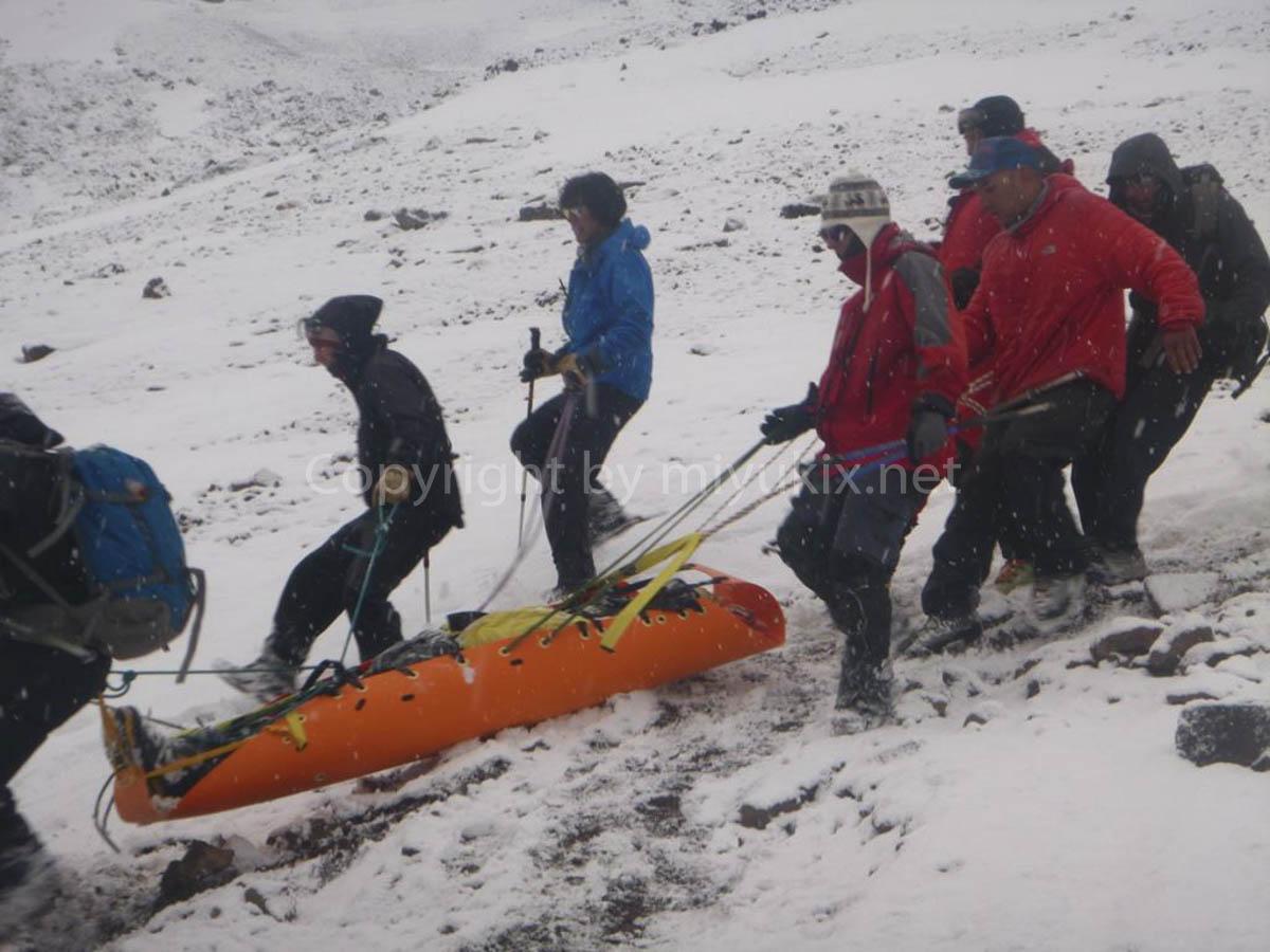アコンカグア登山4日目 高山病患者を運ぶ人々 Aconcagua Expedition