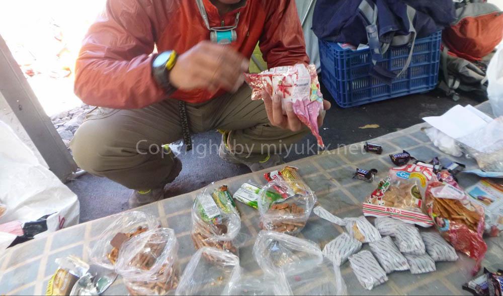 アコンカグア登山:上部キャンプ食&行動食をパッキング中