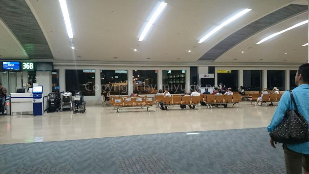 深夜の那覇空港 到着ロビー