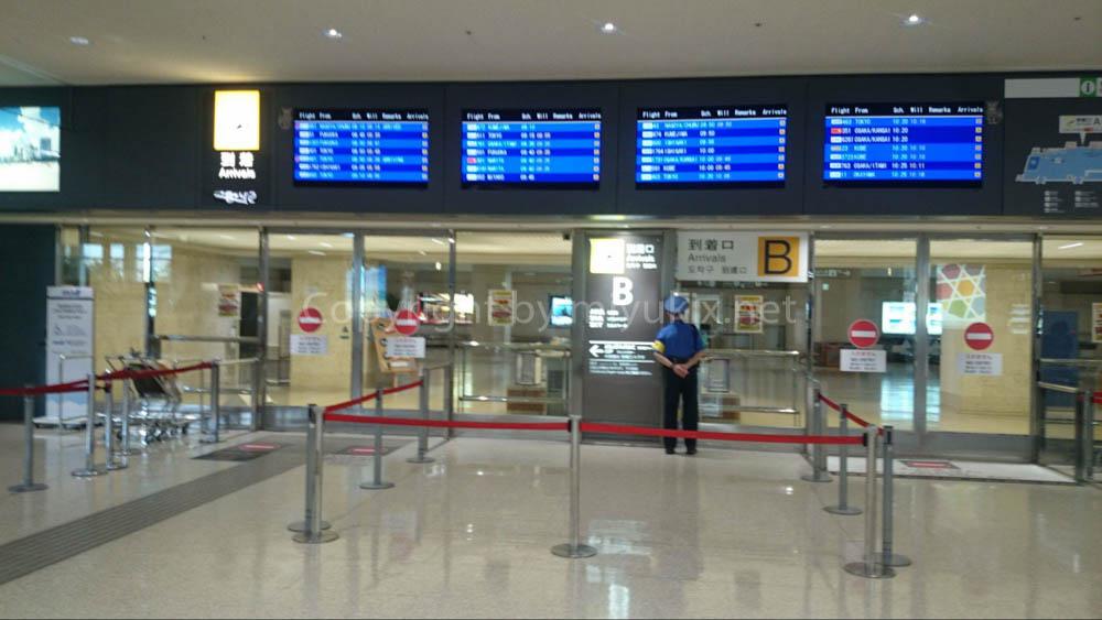 深夜の那覇空港の開放エリア