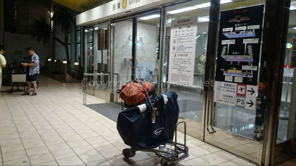 深夜の那覇空港で自転車組み立て