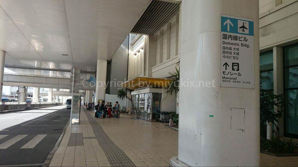 朝の那覇空港玄関