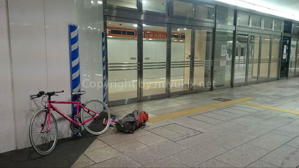 深夜セントレアからバスで脱出後、名古屋駅で自転車を組み立てる