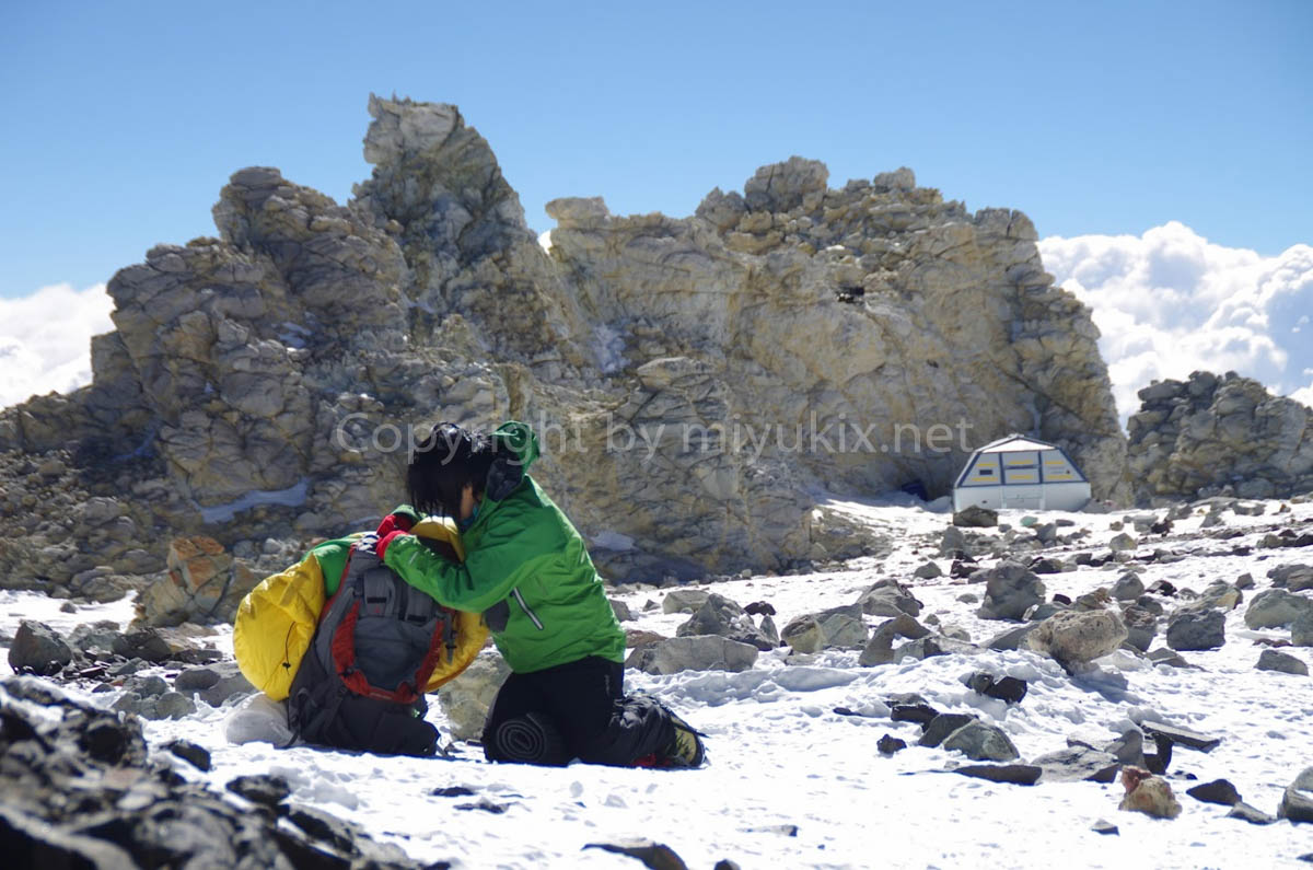 アコンカグアシェルターを背景に 登山9日目 BCへ! Aconcagua Expedition