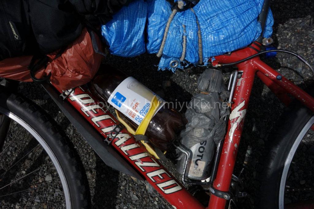 自転車にドリンクを取り付ける